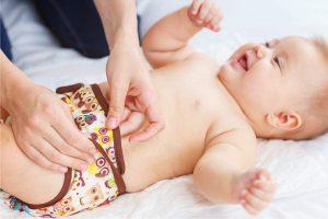 cambiar el pañal de tela al bebé