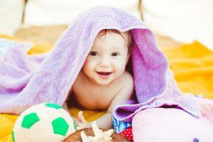sujetar cabeza recién nacido